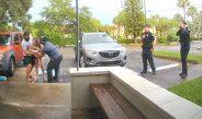 Video e pabesueshme/ Gruaja lind foshnjën në këmbë, në parkingun e spitalit