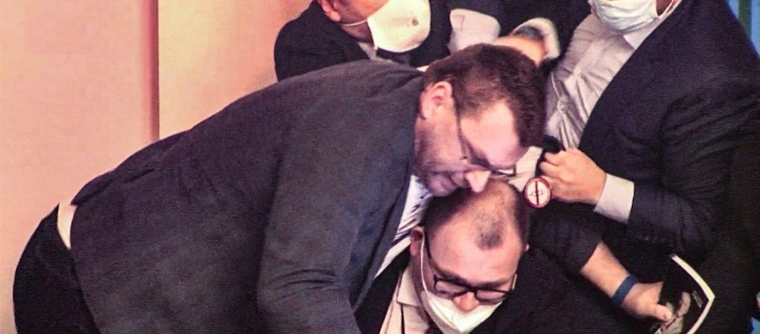 """Plas sherri në Parlamentin Çek, deputetët """"përleshen"""" me njëri tjetrin(VIDEO)"""