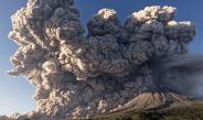 Pamje spektakolare/ Shpërthen vullkani në Indonezi, qielli mbulohet nga…(FOTO)