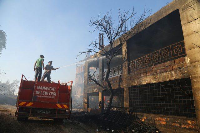 """Turqia """"pushtohet"""" nga zjarret/ 3 të vdekur, 4 mijë zjarrfikës në luftë me flakët (FOTO)"""